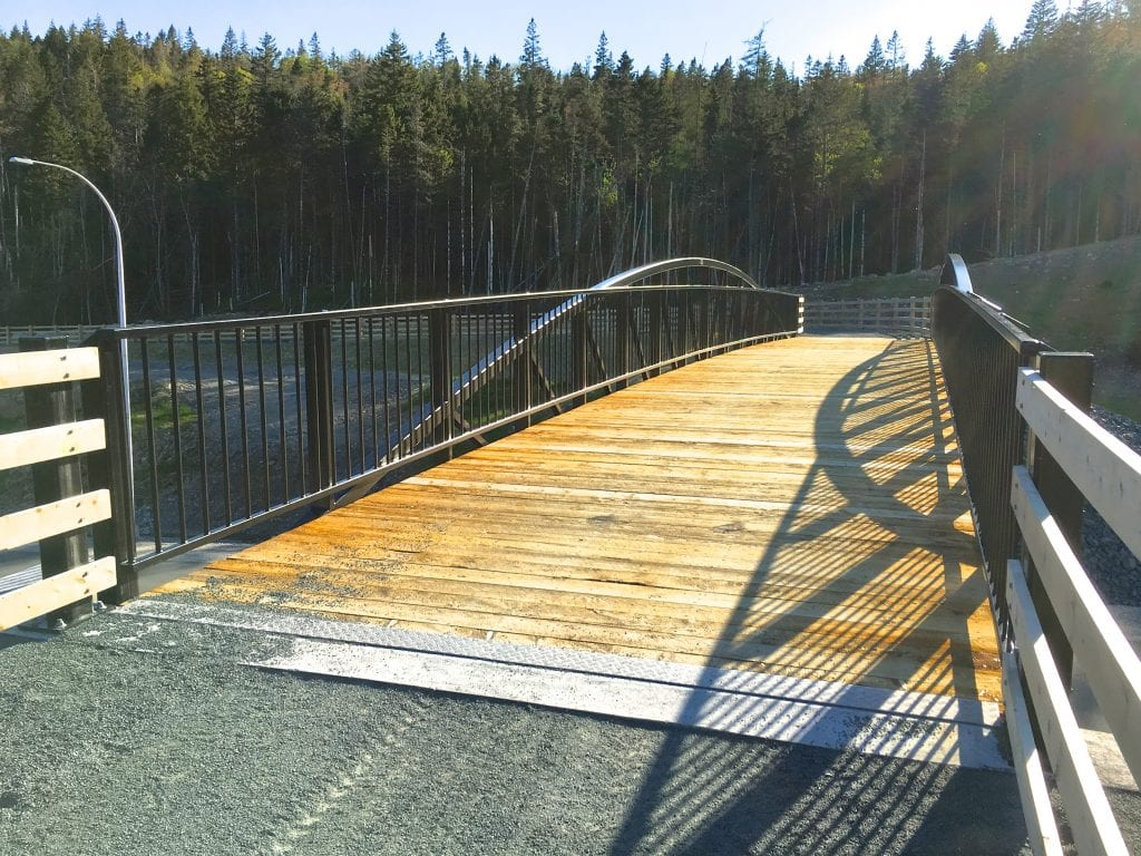 Multi-use recreational trail bridge with wood decking, Pont de sentier polyvalent avec tablier de bois